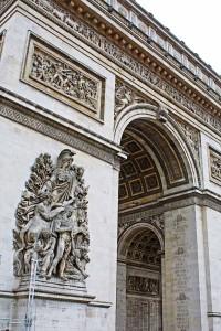 Arco do Triunfo e o detalhe dos nomes gravados no monumento. © Marina Aurnheimer /  Imagina na Viagem