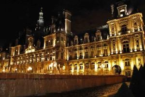 O Hôtel de Ville iluminado. Um dos edifícios que se fica ainda mais belo durante a noite. © Marina Aurnheimer /  Imagina na Viagem