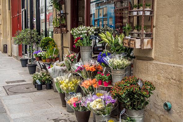 As lojinhas floridas da Ille de Saint Louis dão um clima todo especial ao passeio. © Marina Aurnheimer / Imagina na Viagem