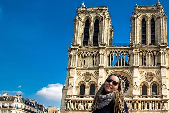 Uma paradinha para as fotos na Notre-Dame. © Marina Aurnheimer / Imagina na Viagem