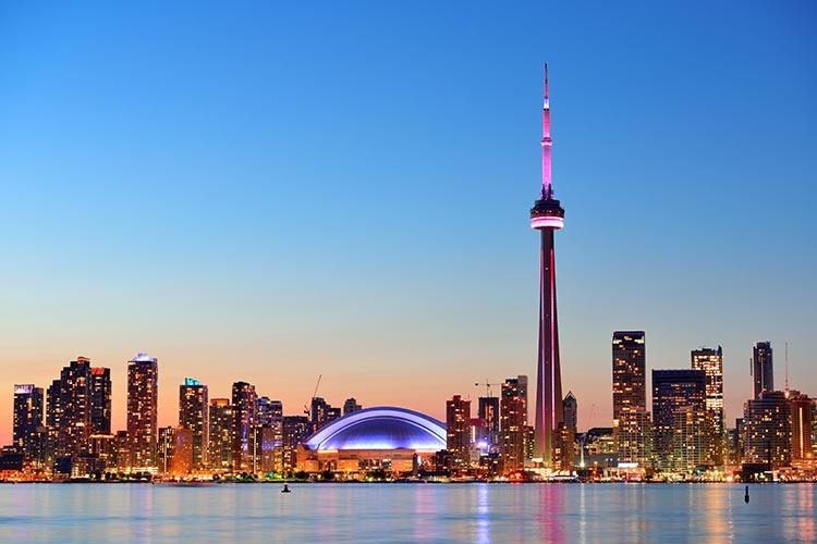 O skyline de Toronto é inconfundível. Muito em razão da embelática CN Tower. © Adobe Stock / rabbit75_fot