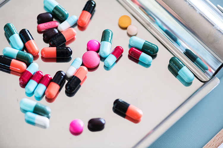 Remédios para viagem: o que levar na farmacinha de viagem? - Photo by rawpixel.com on Unsplash.